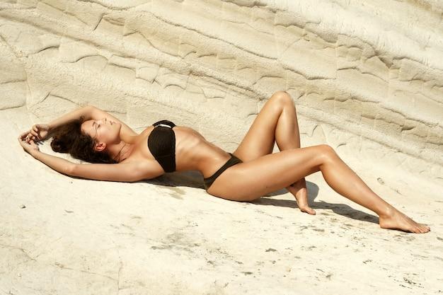 Sexy vrouw naast witte klippen Premium Foto