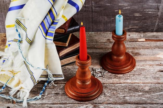 Shabbat vooravond tafel met gedekte kaarsen Premium Foto