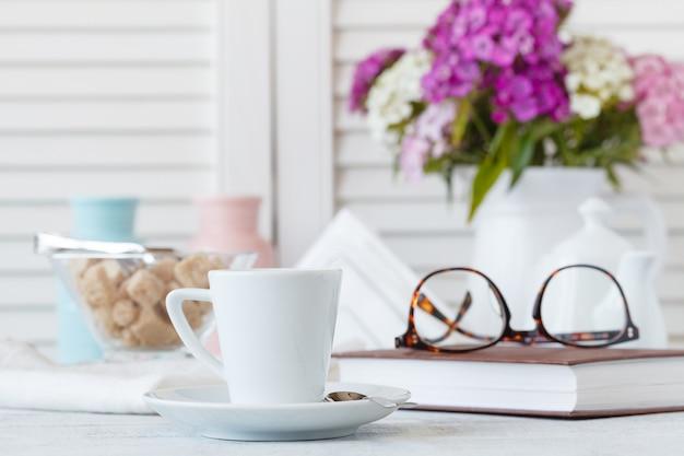 Shabby chic stijl koffiekopje en bord Premium Foto