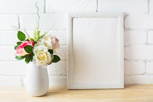 Shabby chique stijl mockup met wit frame en roze rozen Premium Foto