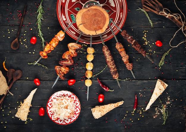 Shashlyk spies kebab op de donkere houten tafel Premium Foto