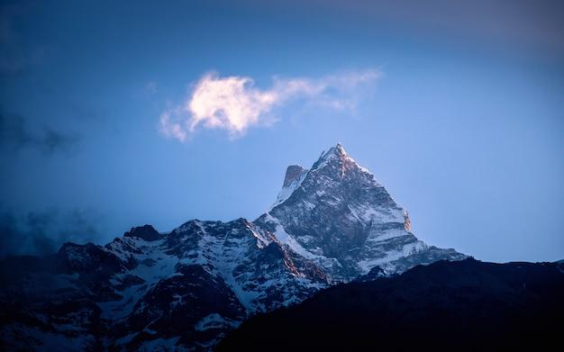 Shining mount fishtail, nepal Premium Foto