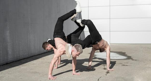 Shirtless hiphopartiesten die samen buiten dansen Gratis Foto