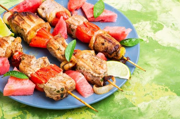 Shish kebab met watermeloen garnituur Premium Foto