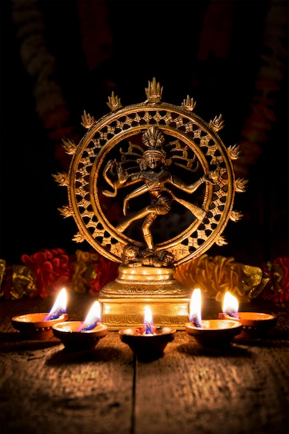 Shiva nataraja met diwali-lichten Premium Foto