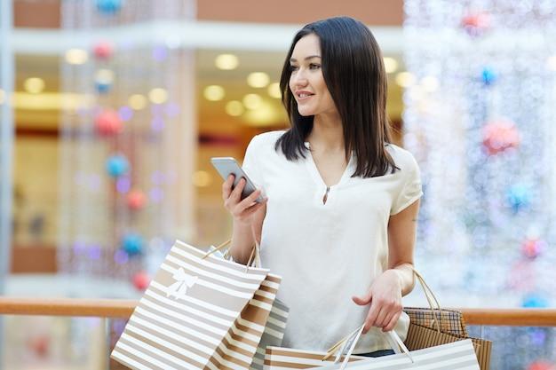 Shopper met smartphone Gratis Foto