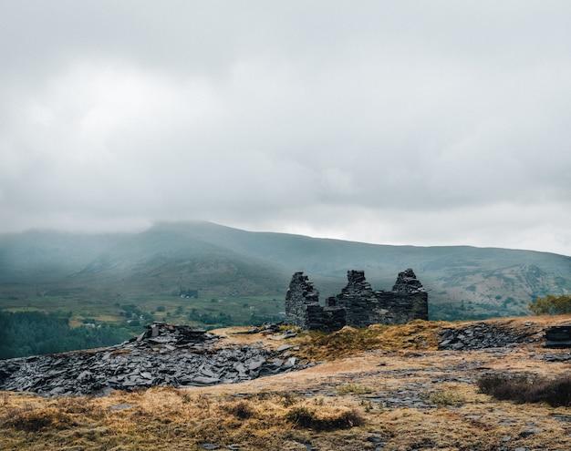 Shot van de ruïnes van een gebouw op de top van de heuvel Gratis Foto