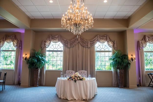 Shot van de tafel van de bruid en bruidegom bij de huwelijksreceptie Gratis Foto