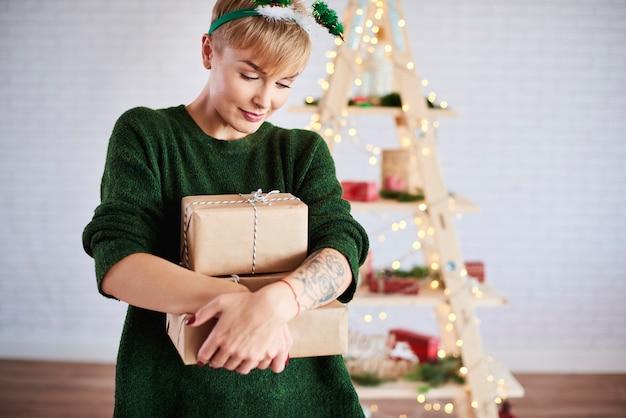 Shot van een jonge vrouw met een stapel geschenken Gratis Foto