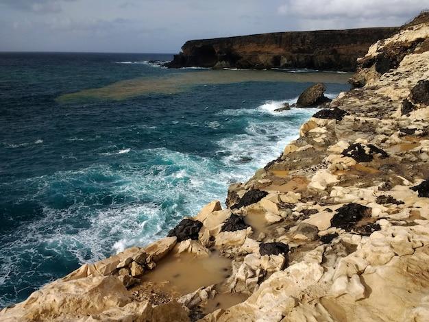 Shot van het rotsachtige strand van ajuy playa in fuerteventura, spanje. Gratis Foto