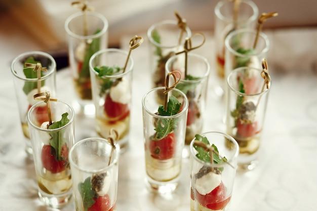 Shots met fruit op stokken staan op de tafel Gratis Foto
