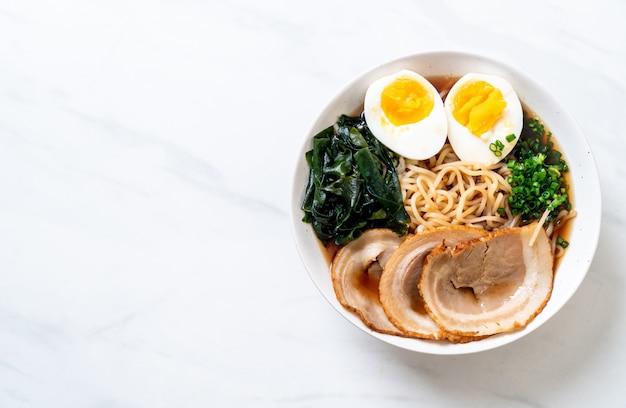 Shoyu ramen noedel met varkensvlees en ei Premium Foto