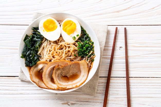 Shoyu ramen noodle met varkensvlees en ei Premium Foto