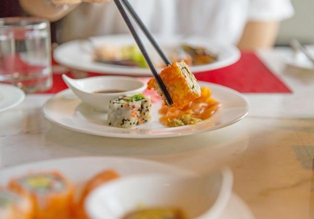 Shushi eten met stokjes, selectieve aandacht Premium Foto