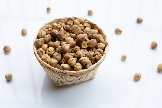 Siam cardamom of kapulaga op wit. Premium Foto