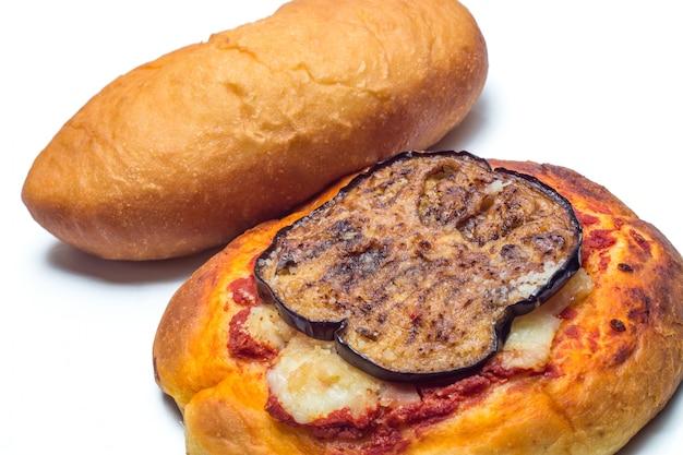 Siciliaanse rotisserie. gebakken calzone en pizzetta met aubergine Premium Foto
