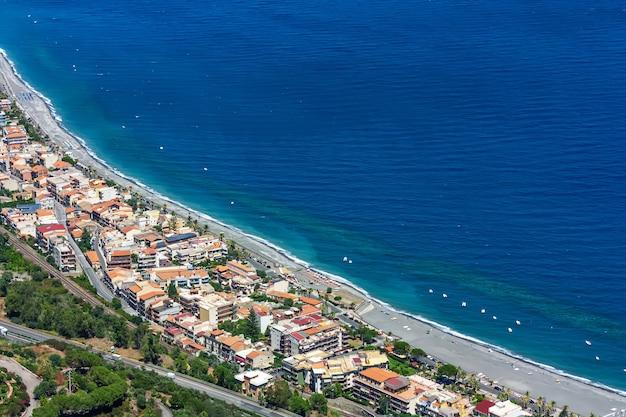 Sicilië. ionische zee kosten lijn uitzicht vanaf de top op santa teresa di riva in zonnige zomerdag. blauwe zee, Premium Foto