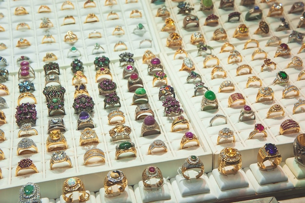 Sieraden in de diamanten ring van de showcase Premium Foto