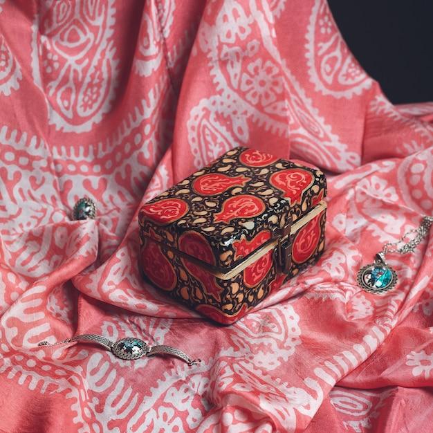 Sieraden in een rode geschenkdoos Gratis Foto