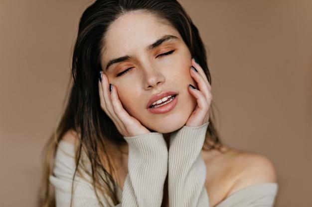 Sierlijke jonge vrouw met naakt make-up poseren met open mond. gelukkig kaukasisch vrouwelijk model dat over iets droomt. Gratis Foto