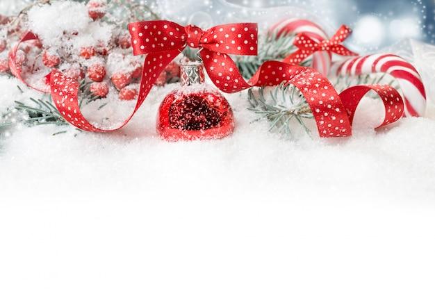 Sierlijke kerst rand in rood met polka dots, tekst ruimte Premium Foto