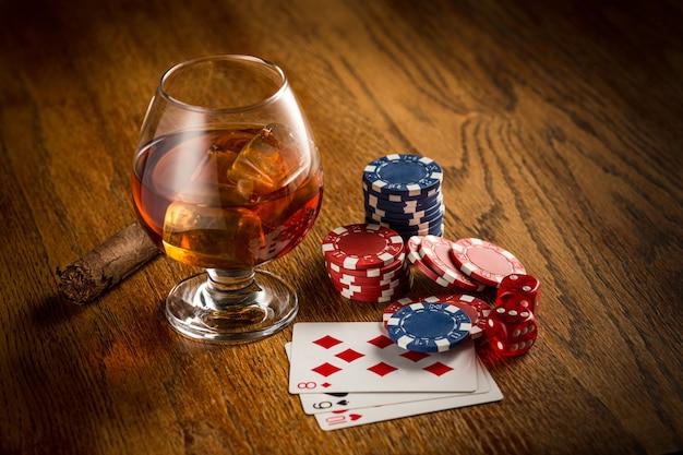 Sigaar, chips voor gokken, drinken en speelkaarten Gratis Foto