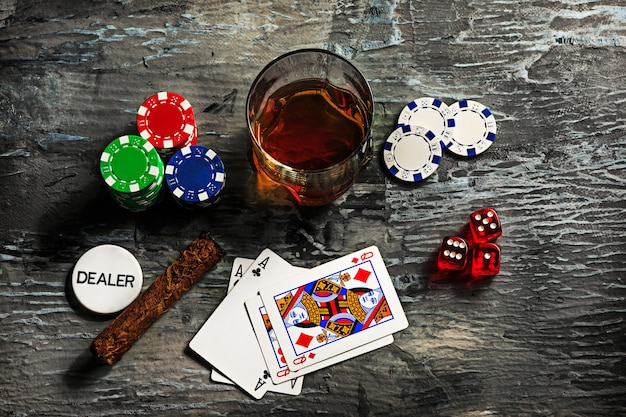 Sigaar, fiches om te gokken, drank en speelkaarten Gratis Foto