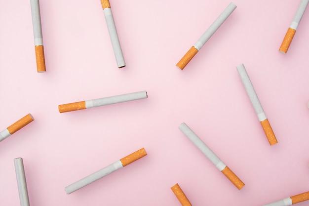 Sigaretten op roze Premium Foto