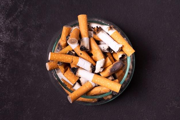Sigarettenpeuken in asbak Gratis Foto