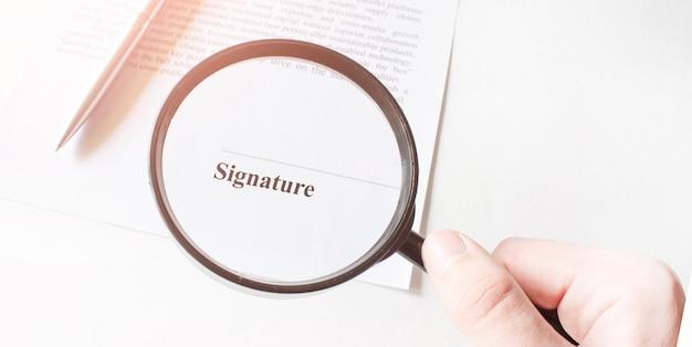 Signaure lijn in contract met pen en vergrootglas Premium Foto
