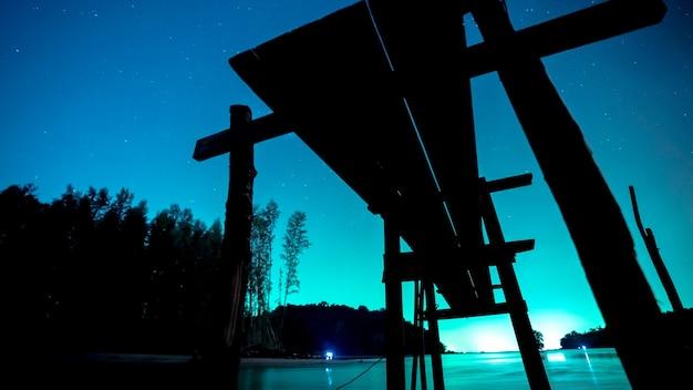 Silhouet houten brug met zee landschap 's nachts Premium Foto