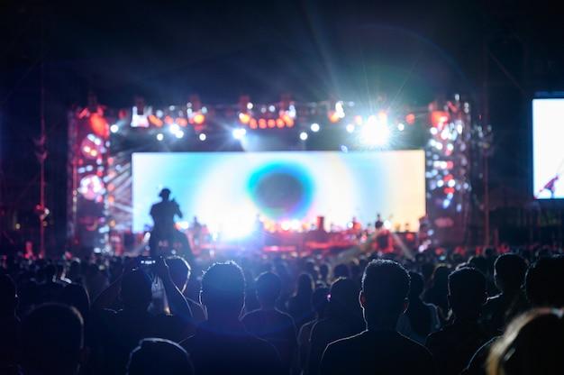 Silhouet jeugdpubliek bekijkt het nachtconcert Premium Foto