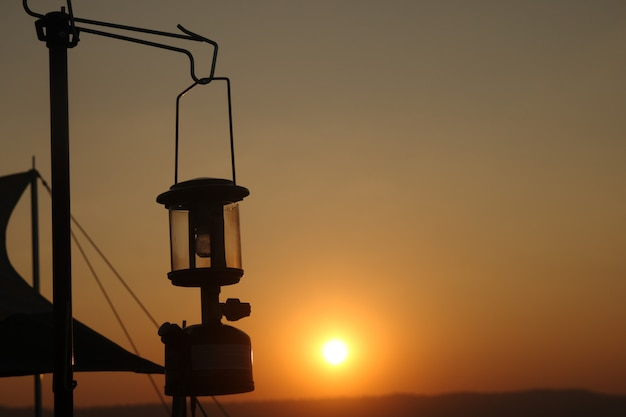 Silhouet oude lamp in zonsondergang lichte weergave Premium Foto