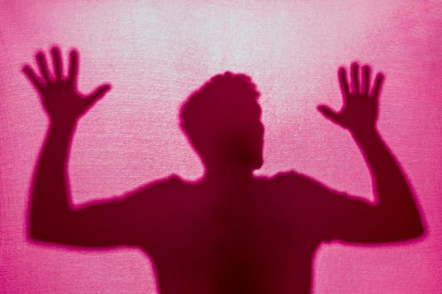 Silhouet van de mens gevangen achter doek Gratis Foto
