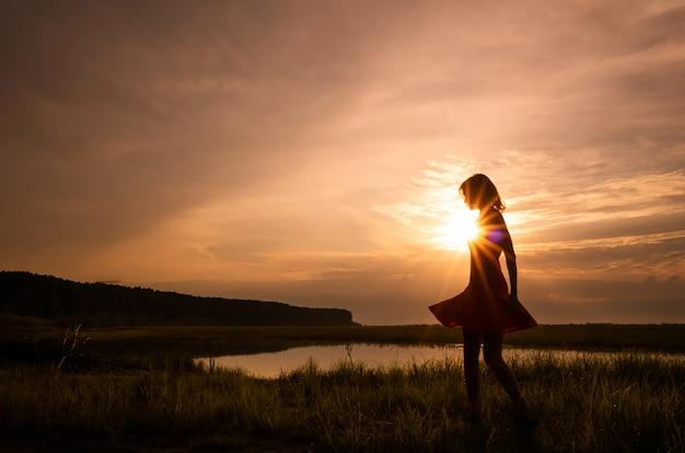 Silhouet van een meisje in een jurk Premium Foto