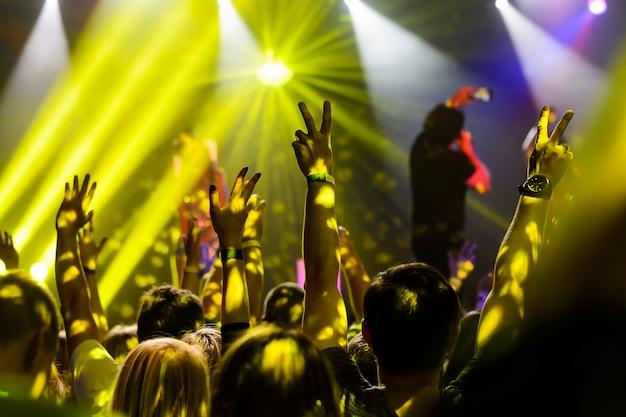 Silhouet van handen omhoog tijdens het concert Premium Foto