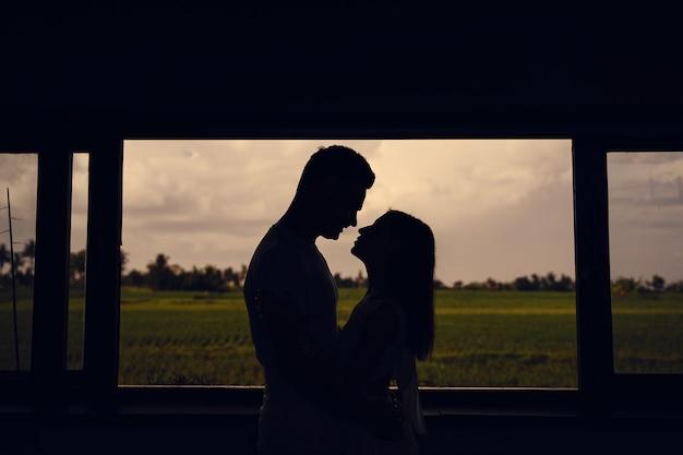 Silhouet van het paar op zonsondergang achtergrond Gratis Foto