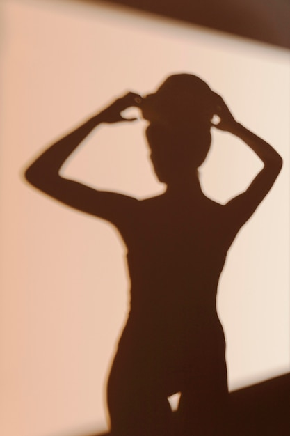 Silhouet van sierlijke vrouw na douche Gratis Foto