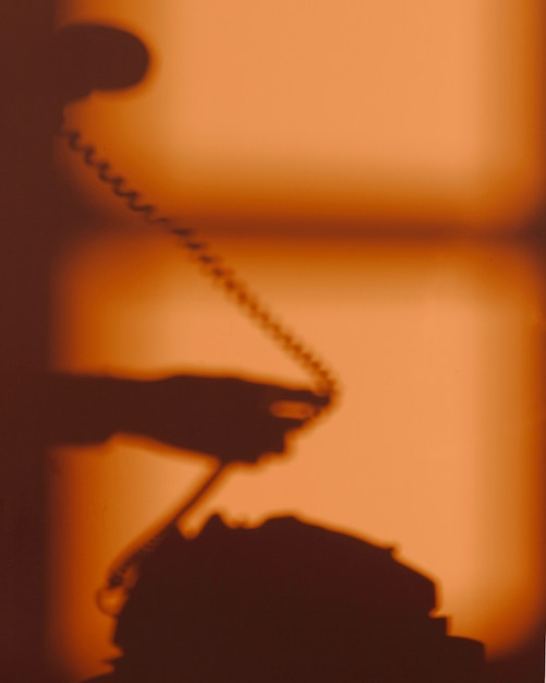 Silhouet van vrouw met behulp van een telefoon Gratis Foto