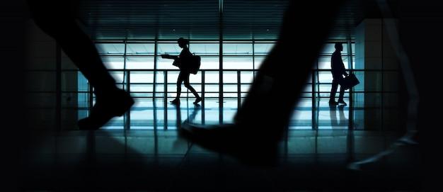 Silhouet van wandelende mensen. indoor urban scene. zijaanzicht Premium Foto
