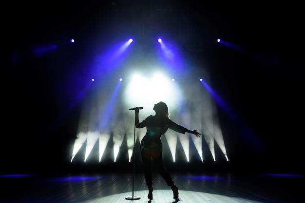 Silhouet van zanger op het podium Premium Foto