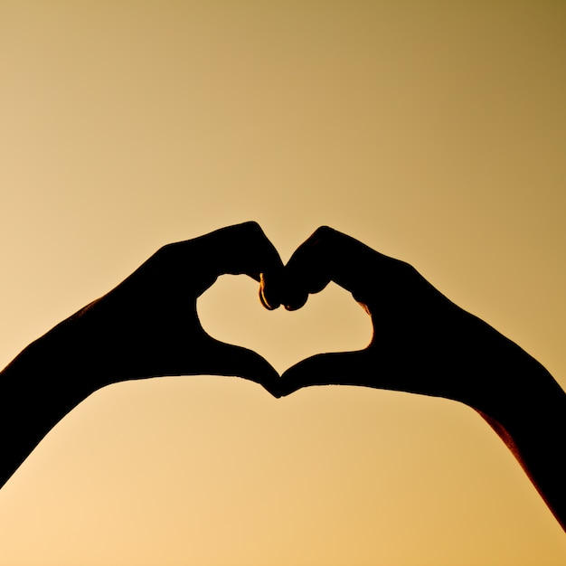 Silhouet weerspiegeld menselijke hand valentijn vakantie Gratis Foto
