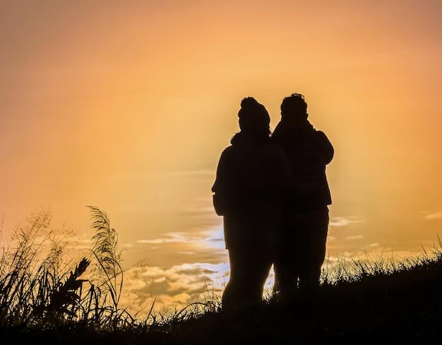 Silhouetpaar op de berg Premium Foto
