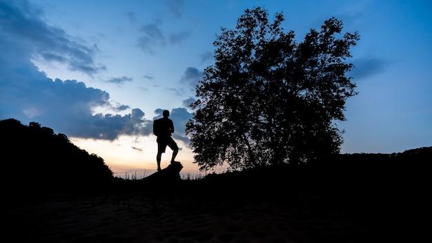 Silhouette tourister met natuurlijk landschap Premium Foto