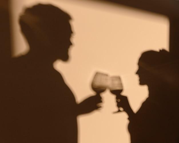 Silhouetten van man en vrouw die thuis een date hebben Gratis Foto