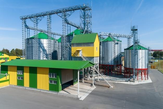 Silo's van de graanschuur. een modern pakhuis van tarwe en andere granen. Premium Foto