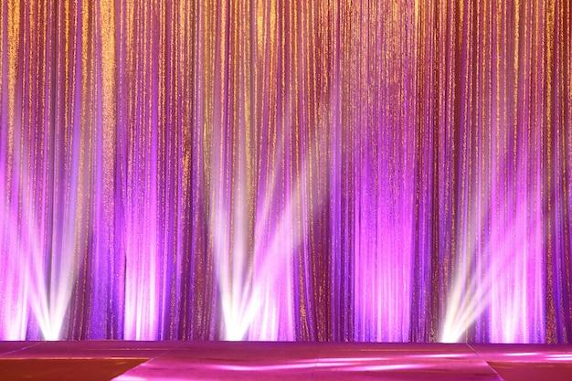 Silver curtain screen vouwt golf en lichtstraal af Premium Foto