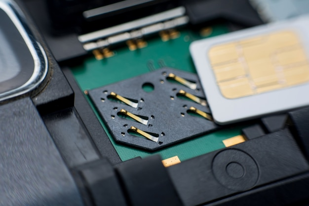 Sim-kaartsleuf / contactdoos in mobiele slimme telefoon dicht omhoog. Premium Foto