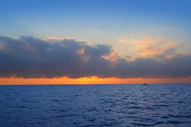Sinaasappel van de de zonsopgang de eerste zon van het zeegezicht in blauwe overzees Premium Foto