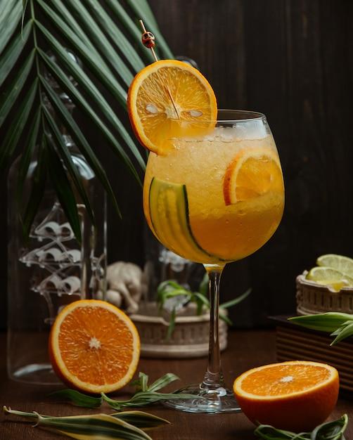 Sinaasappelcocktail met komkommer en sinaasappelplakken Gratis Foto